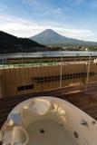 La opinión del monte Fuji del soldado onsen la tina de baño en el hotel en el lago Kawaguchiko, Yamanashi, Japón Imagenes de archivo