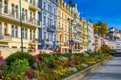 La opinión del otoño de la ciudad vieja de Karlovy varía Carlsbad, Checo Republ fotografía de archivo