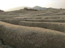 La opinión del paisaje con las hendiduras acerca a los volcanes fangosos Imagen de archivo libre de regalías