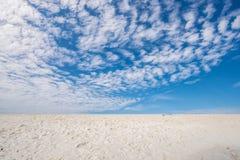 La opinión del paisaje del cielo y la arena blanca varan en fondo del verano Fotos de archivo libres de regalías