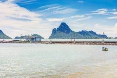 La opinión del paisaje marino de la bahía del Ao Manao en Prachuap Khiri Khan fotografía de archivo