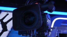 La opinión del primer de la cámara de televisión en una grúa, moviéndose alrededor en estudio oscuro, iluminó la decoración almacen de metraje de vídeo