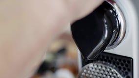 La opinión del primer de la máquina compacta negra del café echa en chorro listo para verter el café almacen de video