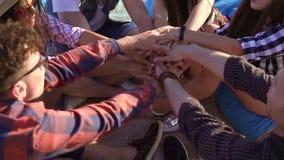 La opinión del primer de muchas manos unió junta y aumentó para arriba Concepto del trabajo en equipo y de la amistad Grupo de am almacen de metraje de vídeo