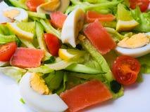 La opinión del primer de la placa por completo de la ensalada verde fresca con las hojas de menta, maíz amarillo, tomate, pescado imagenes de archivo