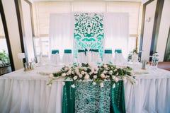 La opinión del primer del sistema de la tabla de la boda adornado con las flores Foto de archivo