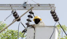 La opinión del primer un electricista está reparando el sistema de la energía eléctrica Imagen de archivo