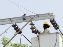 La opinión del primer un electricista está reparando la energía eléctrica sy Foto de archivo