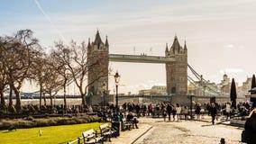 La opinión del puente de la torre con el turista fotos de archivo