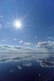 La opinión del río con las nubes reflejó en ella, el sol en el marco, Volga, Rusia Fotos de archivo
