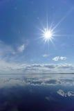 La opinión del río con las nubes reflejó en ella, el sol en el marco, Volga, Rusia Fotos de archivo libres de regalías