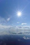 La opinión del río con las nubes reflejó en ella, el sol en el marco, Volga, Rusia Fotografía de archivo