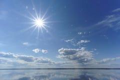 La opinión del río con las nubes reflejó en ella, el sol en el marco, Volga, Rusia Imágenes de archivo libres de regalías