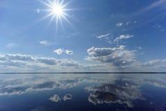 La opinión del río con las nubes reflejó en ella, el sol en el marco, Volga, Rusia Fotografía de archivo libre de regalías