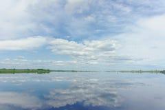 La opinión del río con las nubes reflejó en ella, Volga, Rusia Imagen de archivo libre de regalías