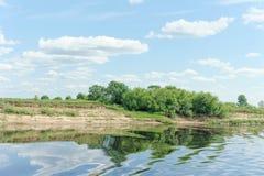 La opinión del río con las nubes reflejó en ella, Volga, Rusia Fotografía de archivo libre de regalías