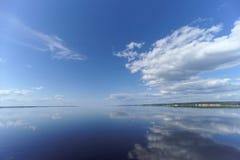 La opinión del río con las nubes reflejó en ella, Volga, Rusia Fotos de archivo libres de regalías