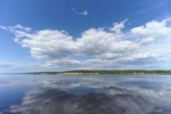 La opinión del río con las nubes reflejó en ella, Volga, Rusia Foto de archivo libre de regalías