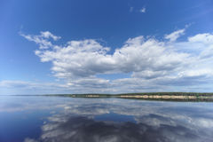 La opinión del río con las nubes reflejó en ella, Volga, Rusia Fotos de archivo
