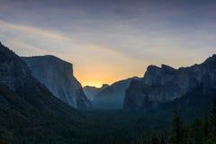 La opinión del túnel de Yosemite pasa por alto en la salida del sol Foto de archivo libre de regalías