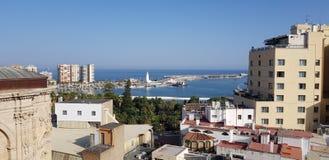 La opinión del tejado de Málaga atraca el puerto en España fotos de archivo