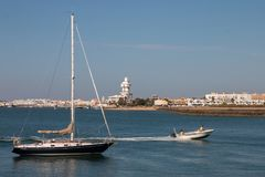La opinión del verano de la calma riega cerca de Isla Cristina, España Fotografía de archivo