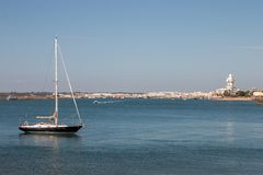 La opinión del verano de la calma riega cerca de Isla Cristina, España Fotografía de archivo libre de regalías