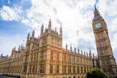 La opinión del verano del palacio de Westminser en Londres y el grande sea Imagen de archivo libre de regalías