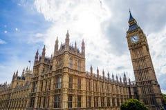 La opinión del verano del palacio de Westminser en Londres y el grande sea Fotografía de archivo