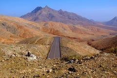 La opinión desde arriba sobre las montañas ajardina en Fuerteventura Foto de archivo