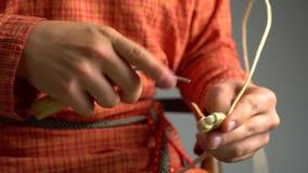 La opinión el artesano teje la cesta usando la lezna almacen de metraje de vídeo