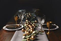 La opinión el pollo de oro eggs en la tabla festiva fotos de archivo