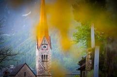 La opinión escénica de la imagen-postal del pueblo de montaña famoso de Hallstatt con Hallstaetter considera en las montañas aust Imagenes de archivo