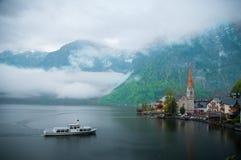 La opinión escénica de la imagen-postal del pueblo de montaña famoso de Hallstatt con Hallstaetter considera en las montañas aust Fotografía de archivo libre de regalías