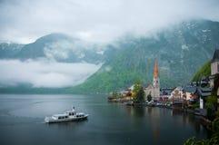 La opinión escénica de la imagen-postal del pueblo de montaña famoso de Hallstatt con Hallstaetter considera en las montañas aust Foto de archivo libre de regalías