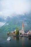 La opinión escénica de la imagen-postal del pueblo de montaña famoso de Hallstatt con Hallstaetter considera en las montañas aust Imágenes de archivo libres de regalías