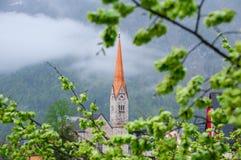La opinión escénica de la imagen-postal del pueblo de montaña famoso de Hallstatt con Hallstaetter considera en las montañas aust Fotos de archivo libres de regalías
