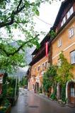 La opinión escénica de la imagen-postal del pueblo de montaña famoso de Hallstatt con Hallstaetter considera en las montañas aust Imagen de archivo