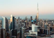 La opinión fantástica del tejado de la bahía del negocio de Dubai se eleva en la puesta del sol foto de archivo libre de regalías