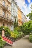 La opinión hermosa de la calle de hoteles en Karlovy varía, República Checa Foto de archivo libre de regalías