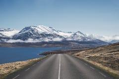 La opinión hermosa de la mañana abajo encamina 82 hacia Dalvik en Islandia del norte Imagenes de archivo