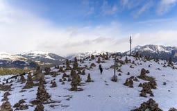 La opinión hermosa del landcape del mandln del stoanerne en el Tyrol del sur, sarntal, jenesien durante invierno con nieve imagen de archivo