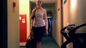 La opinión la mujer con la maleta sale del cuarto almacen de metraje de vídeo