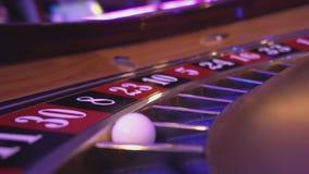 La opinión macra sobre una ruleta rueda adentro un casino - bola que cae en rojo del campo 30 almacen de video