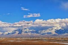 La opinión panorámica del invierno de la nieve capsuló Wasatch Front Rocky Mountains, valle de Great Salt Lake y Cloudscape de Ba imágenes de archivo libres de regalías