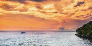 La opinión panorámica del mar en la tarde en Trinidad and Tobago traga la isla de Gasparee Foto de archivo libre de regalías