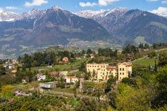 La opinión panorámica sobre el castillo Trauttmansdorff entre las montañas verdes ajardina y jardín botánico de Meran Merano, pro imágenes de archivo libres de regalías