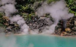 La opinión panorámica sobre las aguas termales geotérmicas famosas, llamó Umi Jigoku, inglés infierno del mar, en Beppu, pre foto de archivo