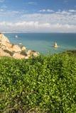 La opinión panorámica sobre paisaje marino con el mar imponente excava los acantilados de la repisa por la playa de Camilo Imagen de archivo libre de regalías