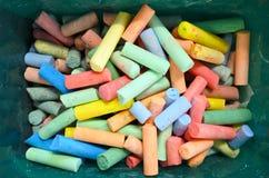 La opinión plana de la endecha Coloured marca con tiza en una caja Imagen de archivo libre de regalías
